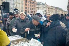 Réveillon de Noël pour pauvre et sans abri sur le marché central à Cracovie Photographie stock
