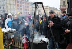 Réveillon de Noël pour pauvre et sans abri sur le marché central à Cracovie Photos stock