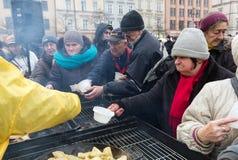 Réveillon de Noël pour pauvre et sans abri sur le marché central à Cracovie Photo libre de droits