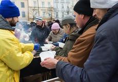 Réveillon de Noël pour pauvre et sans abri sur le marché central à Cracovie Photo stock