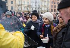 Réveillon de Noël pour pauvre et sans abri sur le marché central à Cracovie Photos libres de droits
