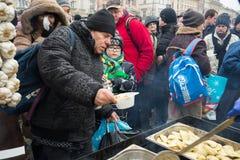 Réveillon de Noël pour pauvre et sans abri sur le marché central à Cracovie Image stock