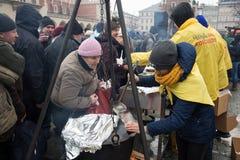Réveillon de Noël pour pauvre et sans abri sur le marché central à Cracovie Images libres de droits