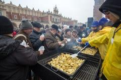 Réveillon de Noël pour pauvre et sans abri sur le marché central à Cracovie Images stock