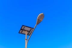 Réverbère actionné par le panneau de batteries solaires Photographie stock