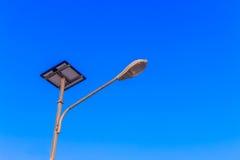 Réverbère actionné par le panneau de batteries solaires Images stock