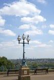 Réverbère antique avec la ville de Londres Photographie stock