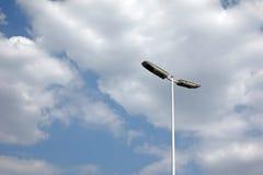 Réverbère avec des nuages Photos libres de droits
