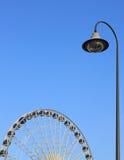 Réverbère avec la roue de ferris sur le ciel photos stock