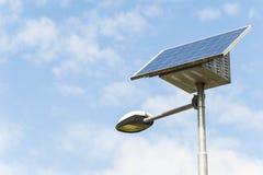 Réverbère avec le panneau solaire Photographie stock libre de droits