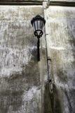 Réverbère dans le mur urbain photographie stock libre de droits