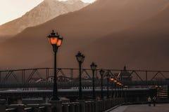 Réverbère dans les rayons du coucher de soleil Photos libres de droits