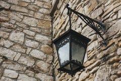 Réverbère en métal sur le vieux mur de briques Photographie stock libre de droits