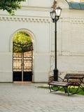 Réverbère et banc en parc de ville image libre de droits