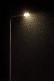 Réverbère et neige en baisse Images libres de droits