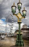 Réverbère fleuri sur le pont de Westminster avec l'oeil de Londres pris le 12 août 2013 Image stock