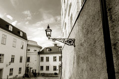 Réverbère noir et blanc et une allée Photographie stock libre de droits