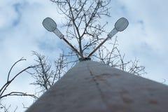 Réverbère photographié contre le ciel et les nuages photos stock