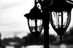 Réverbère près de rue sans lumière la nuit Photos stock
