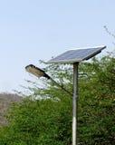 Réverbère solaire utilisé dans l'Inde rurale Images stock