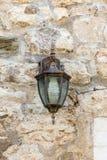 Réverbère sur le mur en pierre dans vieux Budva, Monténégro Photographie stock libre de droits