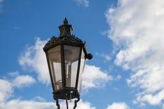 Réverbère traditionnel - lanterne et un ciel bleu avec des nuages Photo stock