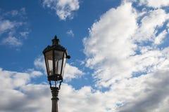 Réverbère traditionnel - lanterne et un ciel bleu avec des nuages Images stock