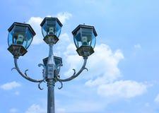 Réverbères à l'arrière-plan de ciel bleu Image libre de droits