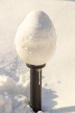 Réverbères dans la neige dans le Bulgare Pomorie, hiver Image stock
