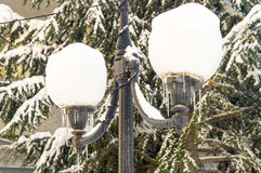Réverbères dans la neige dans le Bulgare Pomorie, hiver Photos libres de droits