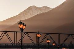 Réverbères dans les rayons du coucher de soleil Image libre de droits
