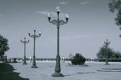 Réverbères en parc de ville Marche en parc Photographie stock