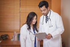 Révision d'un dossier d'un patient Photos libres de droits