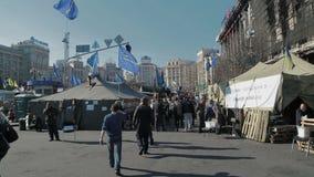 Révolution d'Euromaidan à Kiev - visite de personnes banque de vidéos
