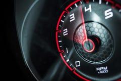 Révolutions de moteur de voiture Photos stock