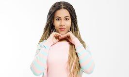 Rêvant et faire un concept de souhait Fille d'afro-américain dans des vêtements de mode d'isolement sur le fond blanc Hippie de f image stock