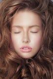 rêvassez Le visage de la femme fraîche songeuse avec les yeux fermés et les cheveux bouclés photo libre de droits