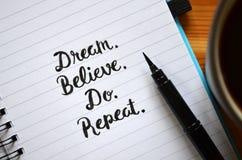 rêve croyez Faites répétition main-en lettres dans le carnet photo libre de droits
