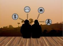 Rêve d'amour de couples au sujet d'avenir sur le landsce Image libre de droits