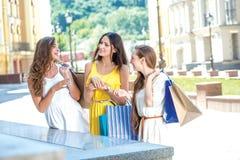 Rêve de filles de nouveaux vêtements Filles tenant des paniers et stan Image stock