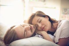 Rêve doux Couples dans le bâti image stock