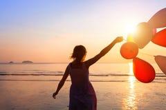 Rêve, fille heureuse avec des ballons photo stock