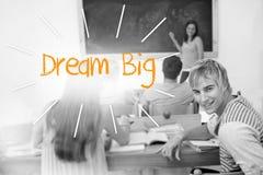 Rêve grand contre des étudiants dans une salle de classe Image libre de droits