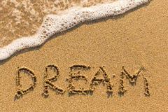 Rêve - mot dessiné sur la plage de sable Image libre de droits