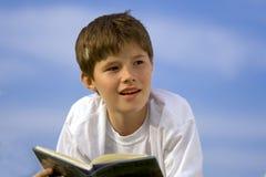 Rêver au-dessus d'un livre Image libre de droits