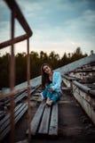 Rêver de femme et détendre se reposantes Coucher du soleil Été extérieur photos libres de droits