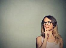 Rêver de pensée de jeune femme heureuse a des idées recherchant Photographie stock libre de droits