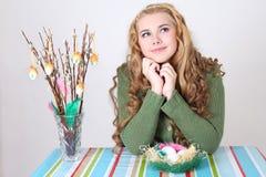 Rêver l'adolescente avec les oeufs et le chat-saule de pâques Image libre de droits