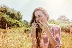 Rêver la belle adolescente jouant avec ses cheveux, effets d'instagram image stock