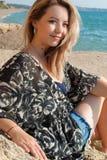 Rêver la belle fille s'asseyant sur de grandes pierres Photographie stock